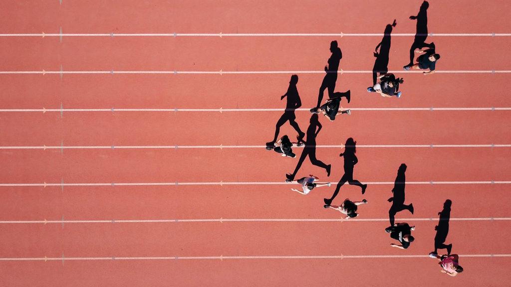 Atleten op een atletiekbaan