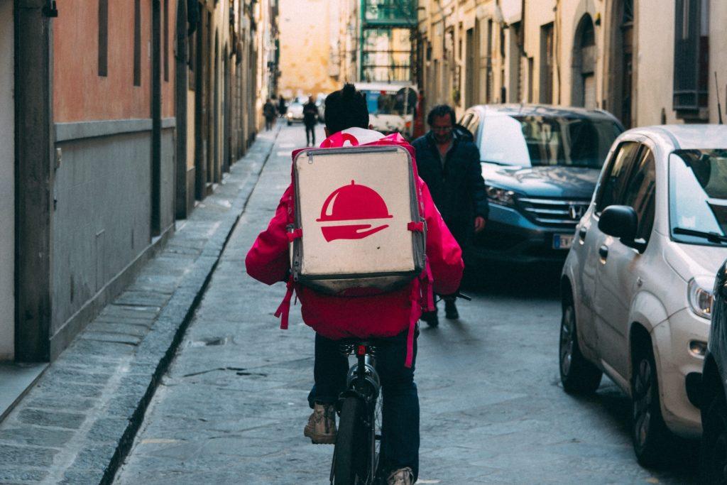 Foto van bezorger op de fiets