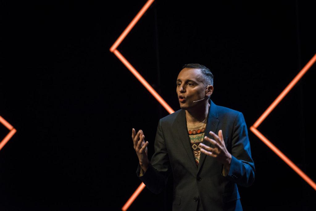 Foto van Farid Tabarki tijdens een presentatie