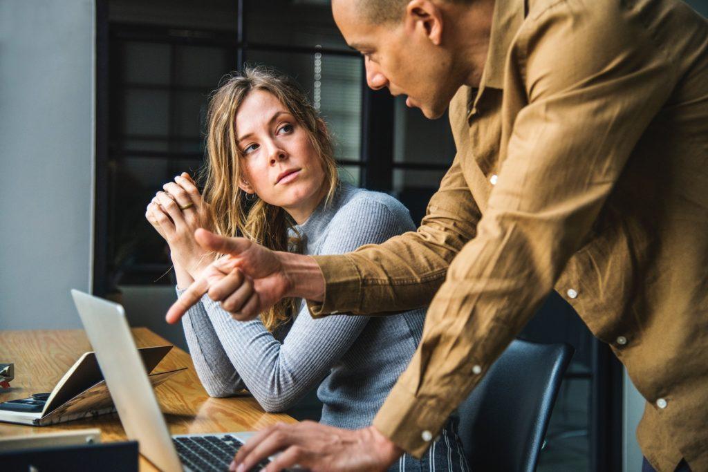 Man en vrouw in gesprek in professionele omgeving